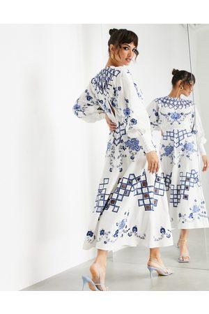 ASOS Mujer De noche - Vestido midi bordado con detalles calados y ribetes de encaje de -Multicolor
