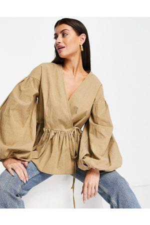 ASOS Top color cruzado de corte amplio extragrande con mangas estilo blusón de -Beis