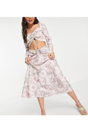 Reclaimed Falda midi rosa con estampado floral, detalle fruncido e insertos de encaje de satén Couture de Inspired (parte de un conjunto)