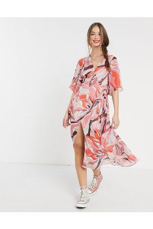 Liquorish Vestido semilargo cruzado con estampado de flores rosas de