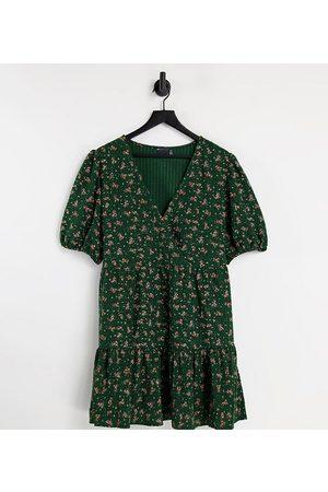 ASOS Mujer Estampados - Vestido corto verde bosque con diseño cruzado, bajo de sobrefalda y estampado floral de tejido texturizado de ASOS DESIGN Curve