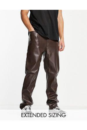 ASOS Pantalones dad marrones de efecto cuero de