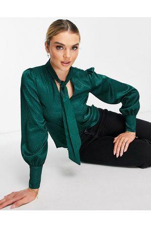 River Island Mujer Blusas - Blusa verde con lazo en el cuello de satén de