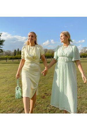 Labelrail Vestido midi cruzado con estampado de lunares de satén de x Olivia & Alice