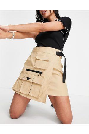 Urban Revivo Minifalda acampanada con detalle de bolsillo de