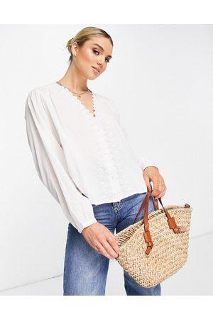 MANGO Blusa blanca con cuello festoneado y diseño bordado de