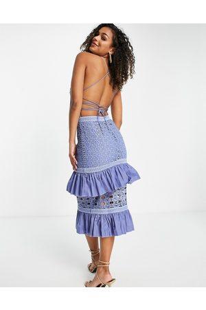 ASOS Mujer De noche - Vestido midi con tiras en la espalda, diseño escalonado y sobrefalda de -Azul
