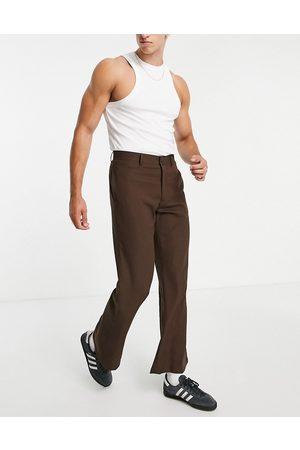 ASOS Pantalones de vestir marrones acampanados con estampado de cuadros pequeños de