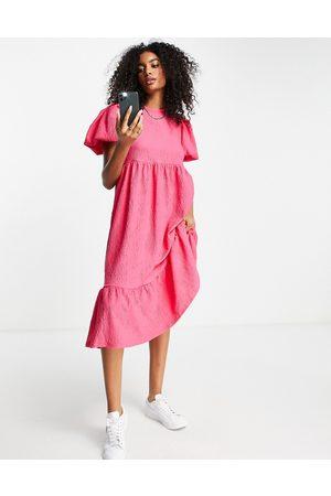 River Island Vestido midi rosa texturizado con mangas voluminosas y lazada en la espalda de
