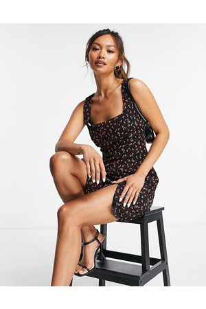 Glamorous Vestido recto corto negro con estampado floral rojo y escote cuadrado de