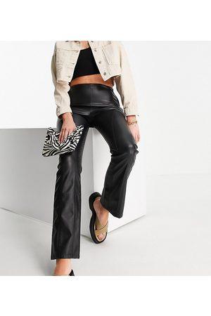 ASOS Tall Pantalones de campana negros efecto cuero de talle bajo con detalle de costuras de ASOS DESIGN Tall
