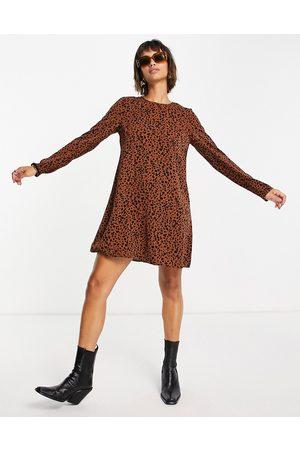 Glamorous Vestido marrón de corte acampanado con estampado animal y vuelo de