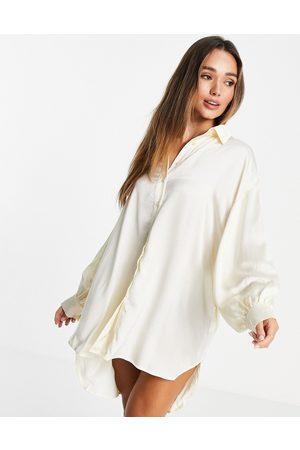 Glamorous Vestido camisero extragrande color crema de satén de -Blanco
