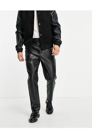 ASOS Pantalones negros de corte tapered de cuero sintético de