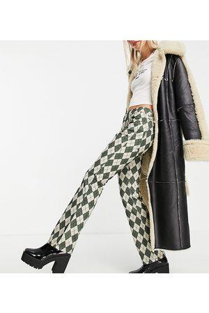 ASOS Pantalones de campana largos de talle bajo con diseño de rombos de ASOS DESIGN Petite